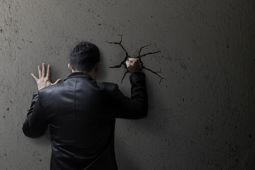 ¿Cómo puede contribuir la moralidad social a normalizar la violencia?
