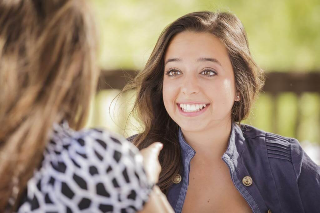 Chica feliz hablando con una amiga