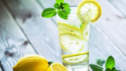 ¿Por qué deberíamos beber un vaso de agua tibia con limón por las mañanas?