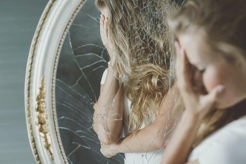 Cenicientas y patitos feos: intentos fracasados de buscar la valoración personal