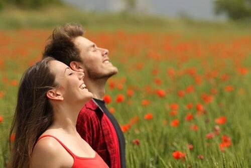 El género y las actitudes hacia el humor y el amor